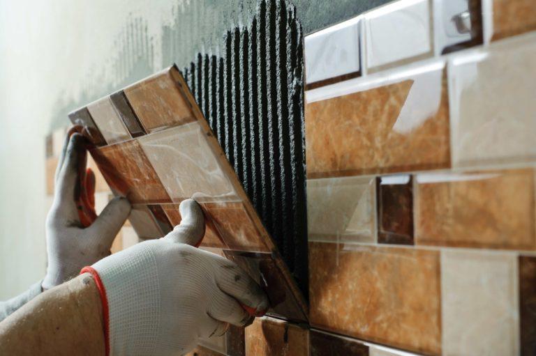 Как правильно класть плитку на стену в ванной